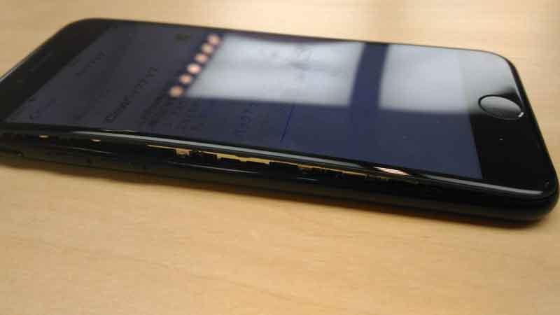 iPhoneのバッテリーがむくむく膨らんだ